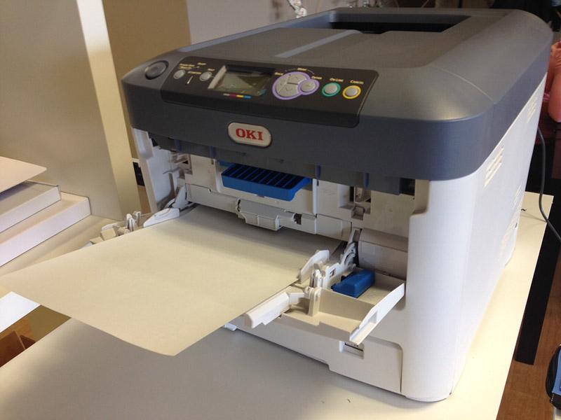 Cómo cargar el papel en la impresora
