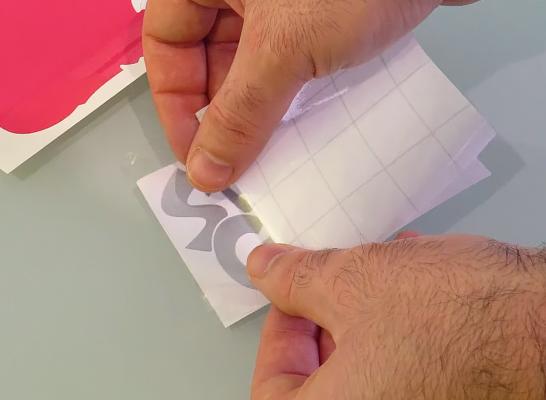 Aplicación de la lámina transportadora de rotulación con base de plástico