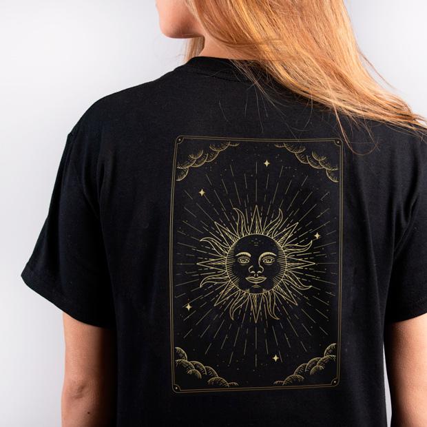 Camiseta oscura con diseño dorado con Flex-Soft
