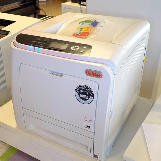 impresora láser imprimiendo papel transfer