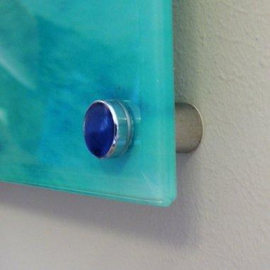 Soporte de metal para pared para panel acrílico - Detalle colgado en pared