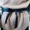 Delantal negro - Detalle nudo para atarse a la cintura